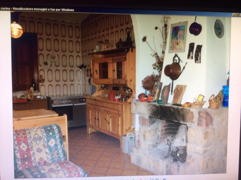Una grande cucina, hall con camino è la stanza comune, ma c'è anche un soggiorno, un'altra