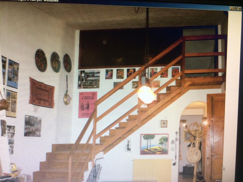 La scala porta ad una mansarda, con letti e spazi per giocare, ma oltre alle 2 stanze da letto