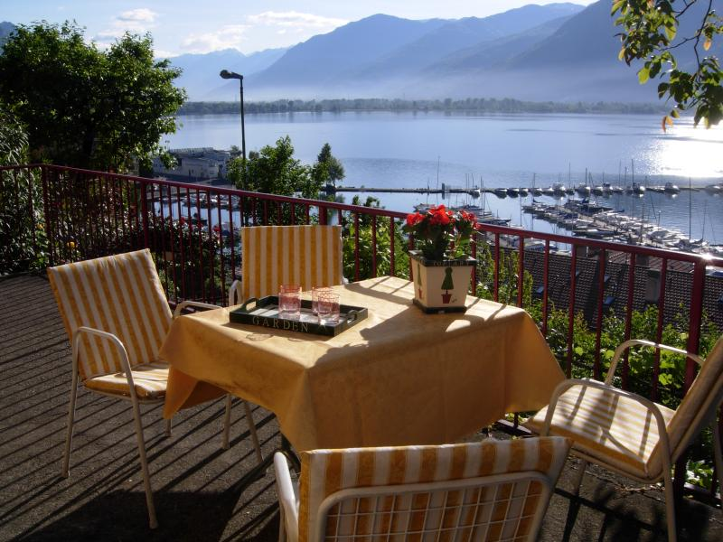 Casa Viola. Cosy cottage overlooking the lake., holiday rental in Province of Bergamo
