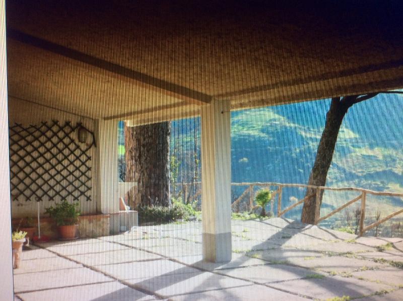 Subito fuori un porticato per ripararsi dal sole e dalla pioggia ( in inverno,ovviamente,)