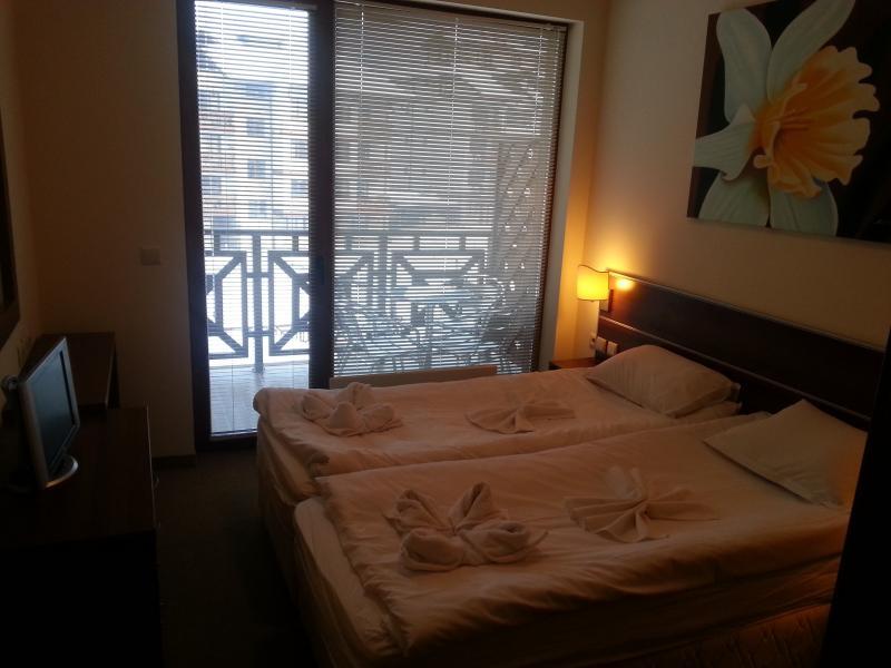 Las ventanas del dormitorio son grandes y están equipadas con persianas para protegerse del sol y la luz si es necesario