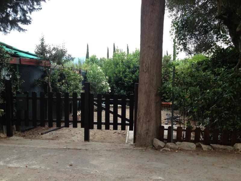 Giardino privato davanti all'ingresso con posto auto