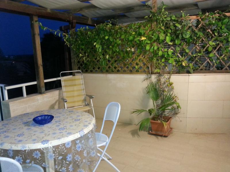 terrazza ombreggiata per il pranzo o la cena all'aperto