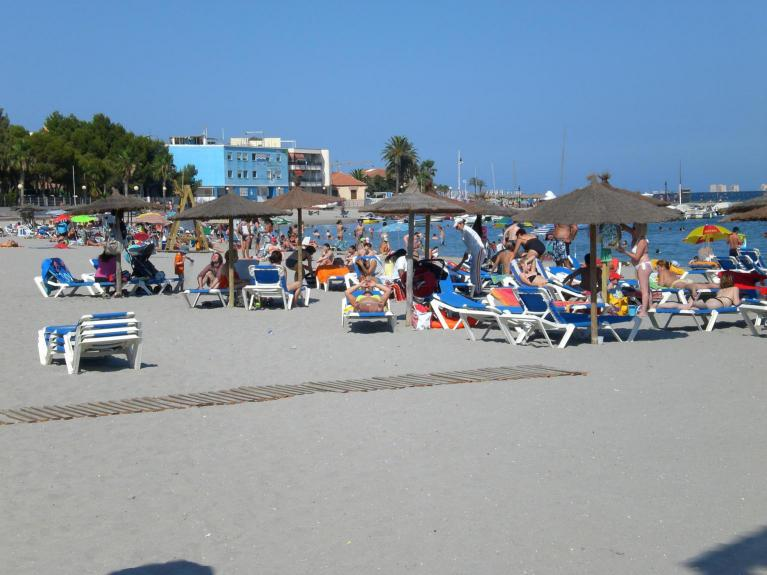 Fantastic beach with beds and umbrealls to rent