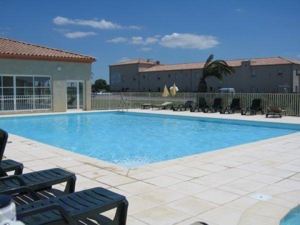 Oudoor shared pool, 2 minutes walk from front door