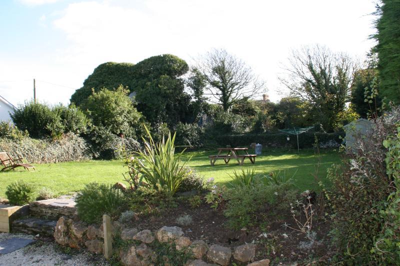 Jardim privado grande fechado confinava velho moinho