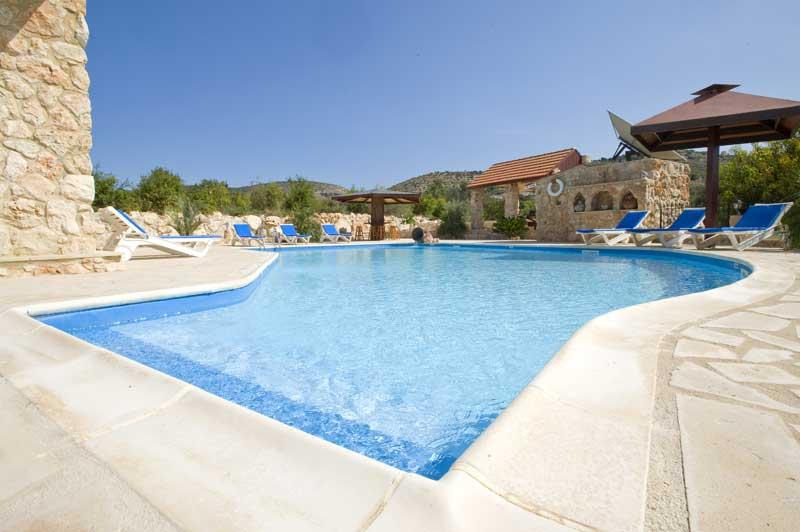 The Retreat, 4 Bedroom Stone Built Villa in Secluded Grounds. Large Private Pool, holiday rental in Paphos District