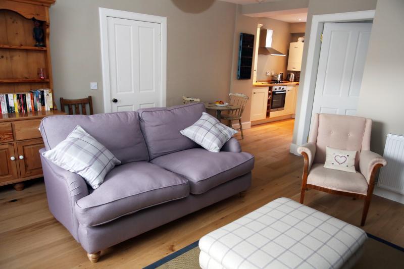 Gran sofá tradicional y cómodo.