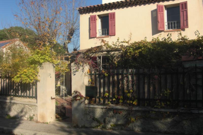 maison cote sud vue de la rue tres calme