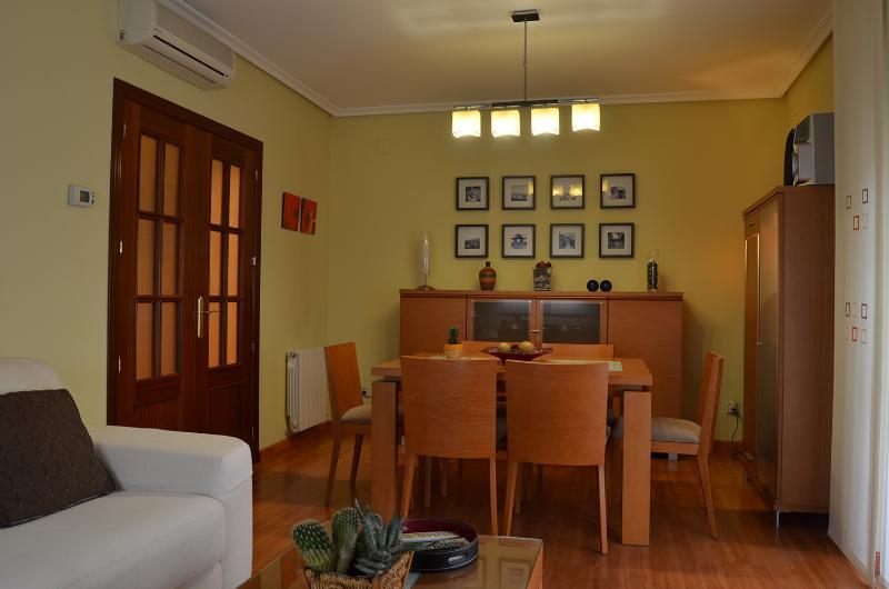 Salón moderno y acogedor