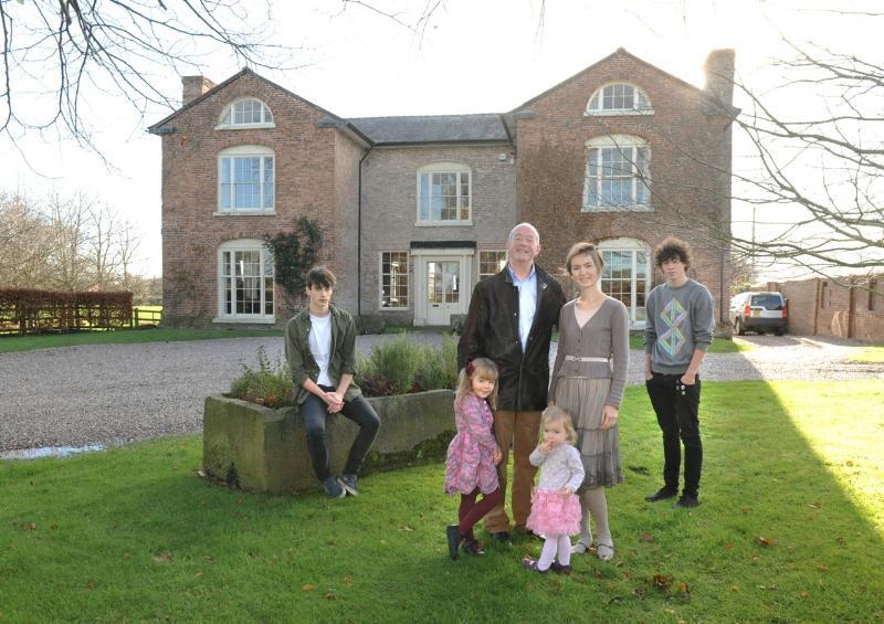 Sus anfitriones, la familia de Willis, que ahora viven en el baño, tal como se presenta en el Sunday Telegraph