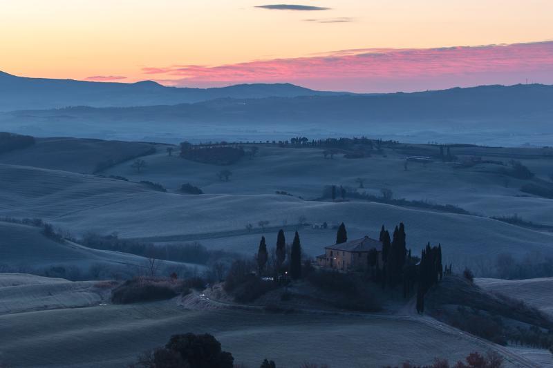 Panorama all'alba dalla finestra della camera
