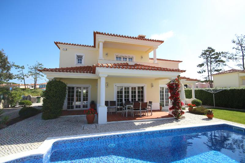 Luxury villa perfect for beach,golf,surf,free WIFI,quiet area ,south face garden, alquiler de vacaciones en Caldas da Rainha