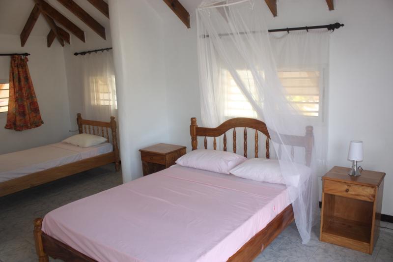 A l'étage lit double et lit simple ouvrent la chambre spacieuse, douche à l'étage