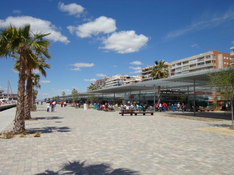 2 minutes walk to the marina