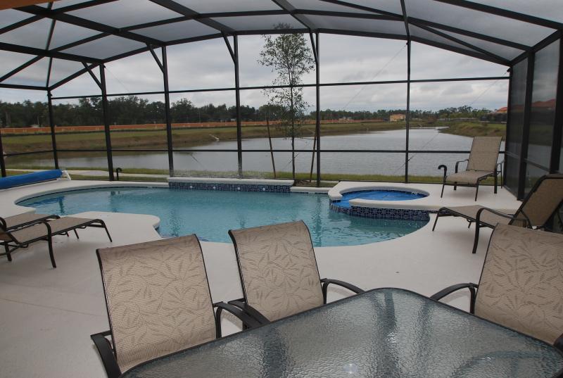 Vista da piscina/spa do comprimento inteiro do lago