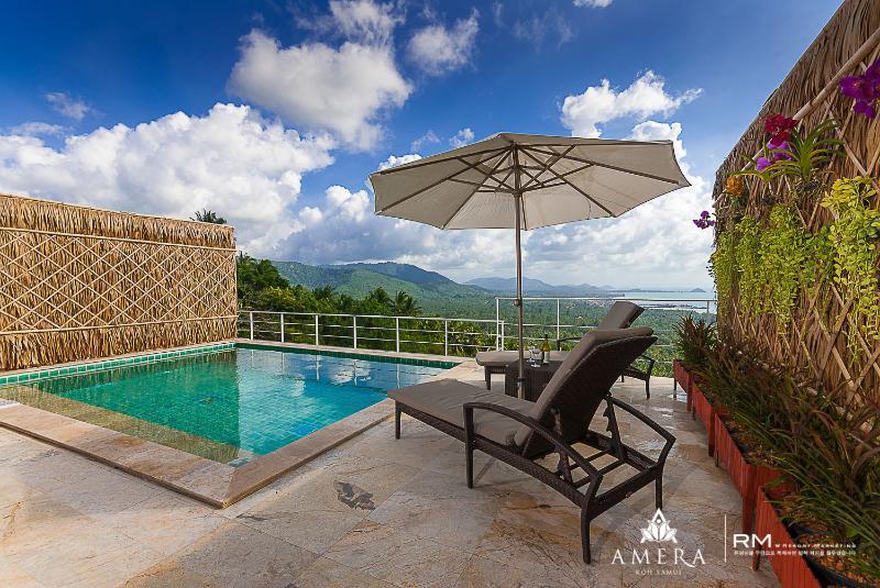 Hillside villa stunning views, location de vacances à Province de Ranong