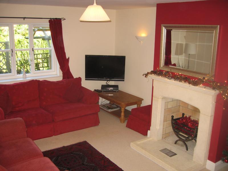 Doppel Aspekt Wohnzimmer mit drei Sofas, auf denen sich zu entspannen den Flatscreen LCD-Fernseher