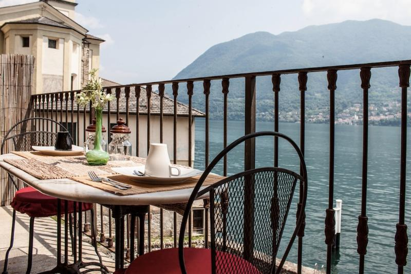 Huge nest on the lake of Como, holiday rental in Veleso