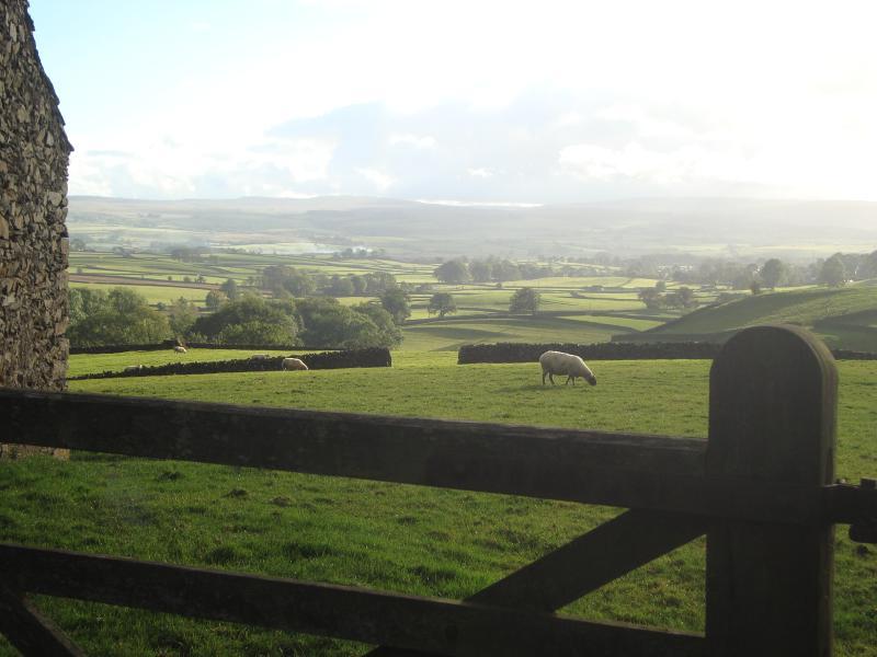 opinión de la madrugada de Austwick de una barra de cinco puerta en la aldea cercana de Wharfe