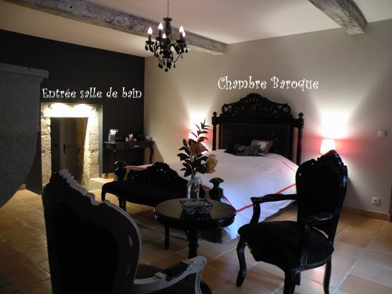 Chambre Baroque de 45m² SDB privéTV écran mural, Nespresso et bouilloire pour thé, peignoirs