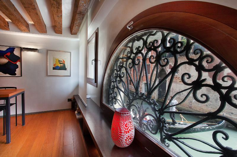 Charming canal view Venice apartment in San Marco - Gondolas by the window