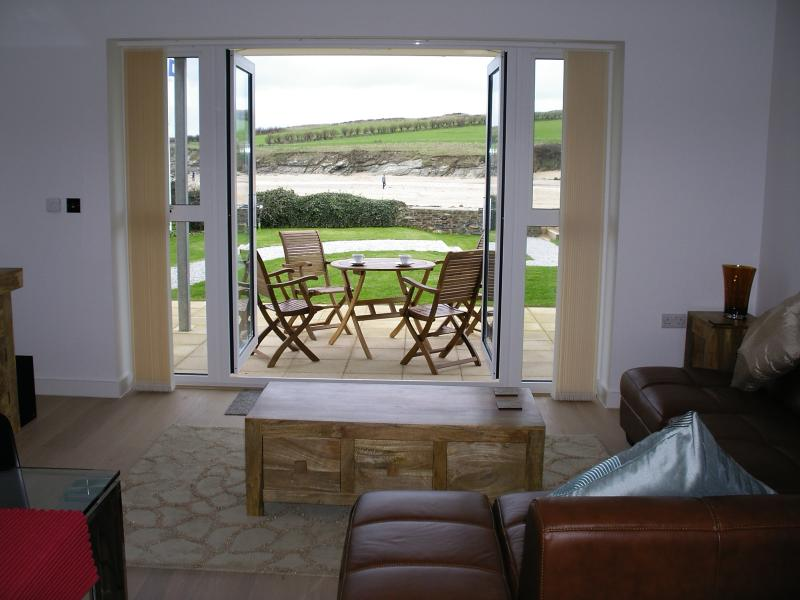 Coast 1, modern spacious apartment on Porth Beach (with direct beach access), vacation rental in Newquay
