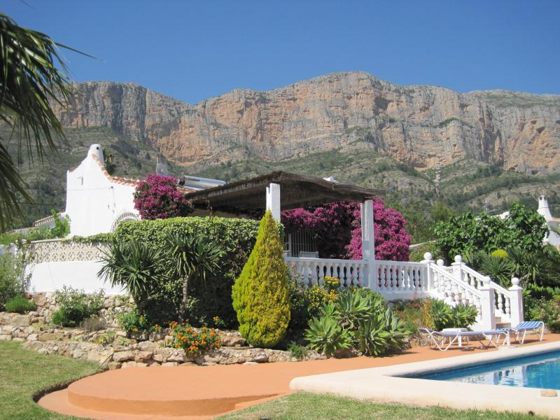 Casa Elliot - Villa with 3 Bedrooms, 2 Bathrooms & Private Pool, Ferienwohnung in Javea