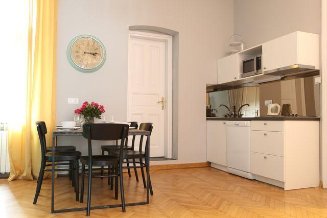 Dining for 5 and fully equipped kitchen