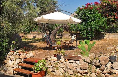 Giardino solarium privato completo di BBq in ghisa.