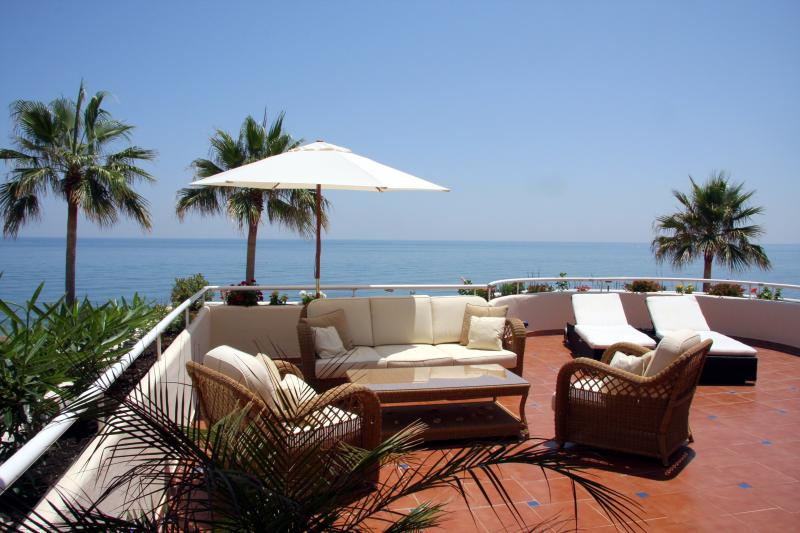 Beach front apartment Estepona, Ferienwohnung in Estepona