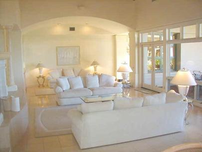 Espaçosa sala de estar que se abre para a piscina