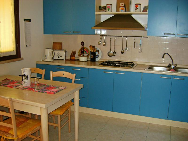 A cozinha totalmente equipada e sala de jantar