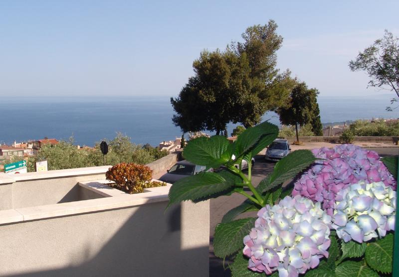 Villa Centaurea - Apartment with garden near town, holiday rental in Taormina