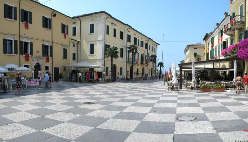 The  nice piazza of Lazise with free wifi