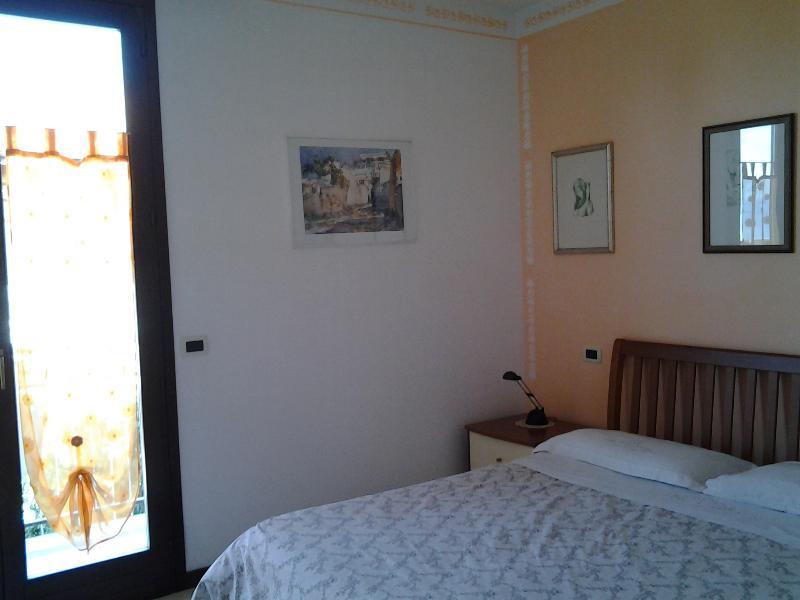a sala principal de cama de casal com varanda