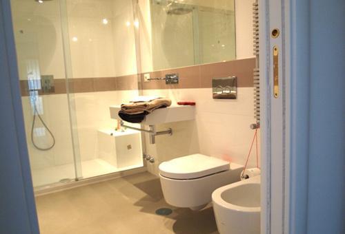 Bathroom en suite of the bedroom with twin beds
