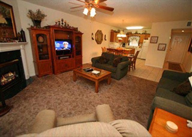 TV de tela plana e lareira na sala de estar