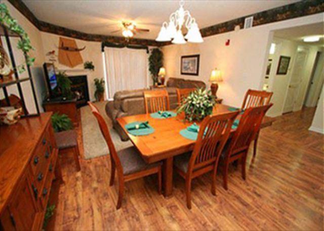 Área de jantar para 6 e piso de madeira