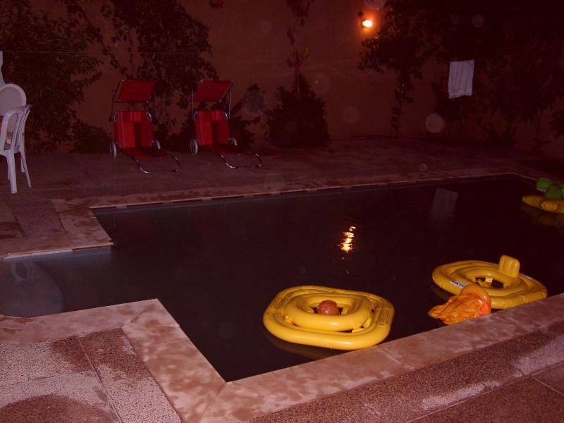 piscine de la villa le soir