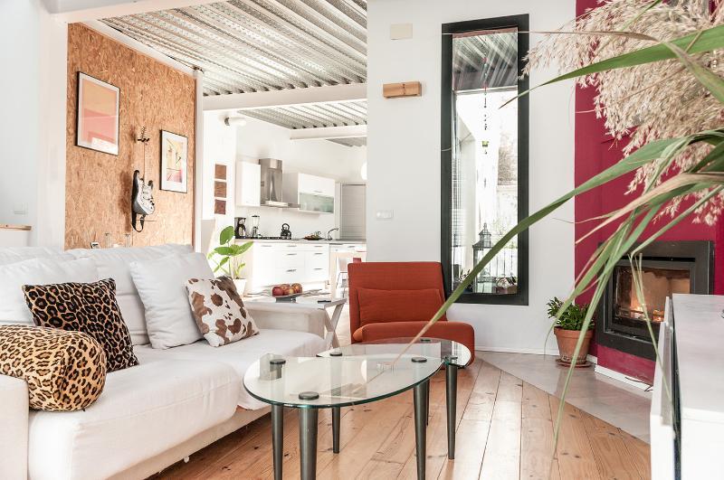 MODERN HOUSE IN QUAINT VILLAGE, location de vacances à Domeno