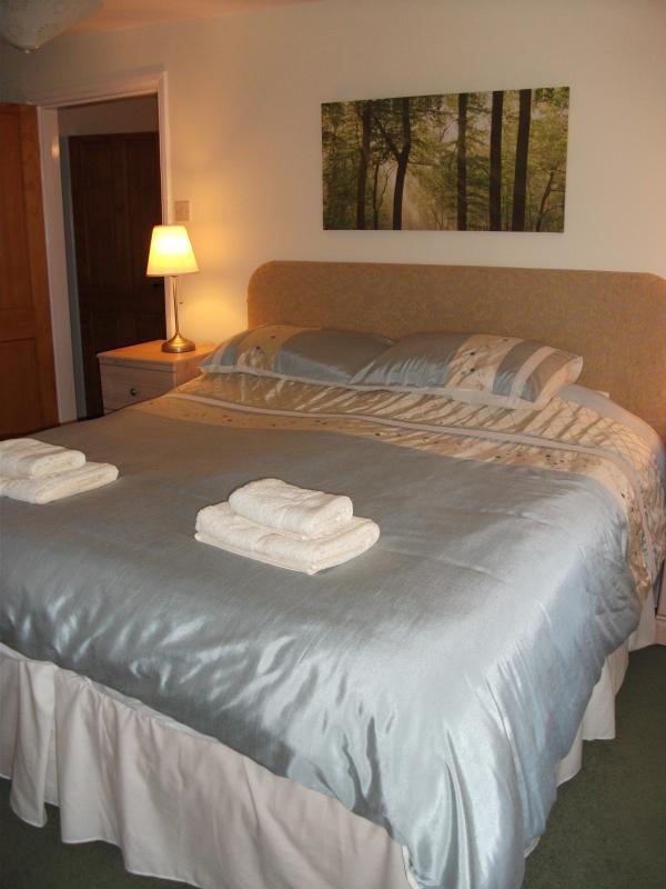 Amplio dormitorio con Superking cama tamaño.