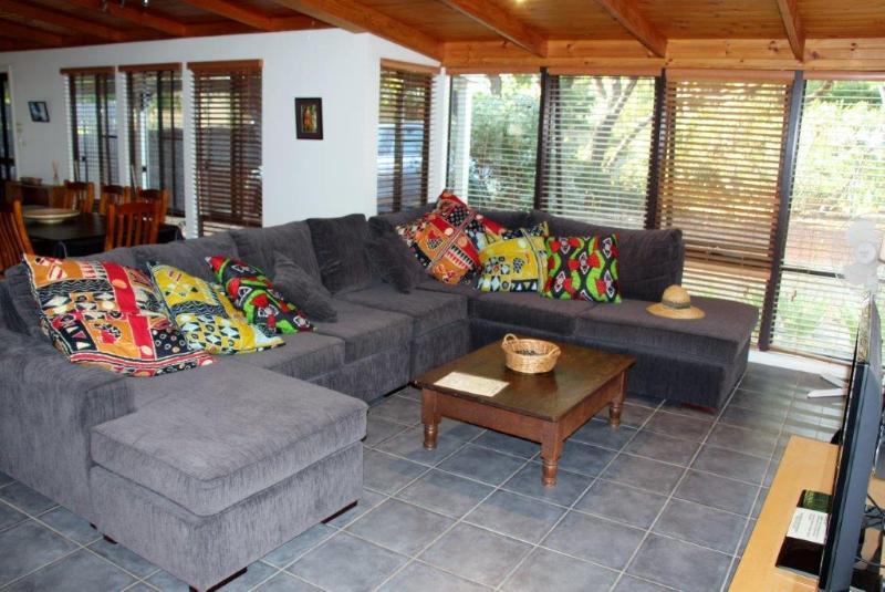 Relaxar, ler um livro, assistir um filme ou tirar uma soneca no sofá confortável grande!