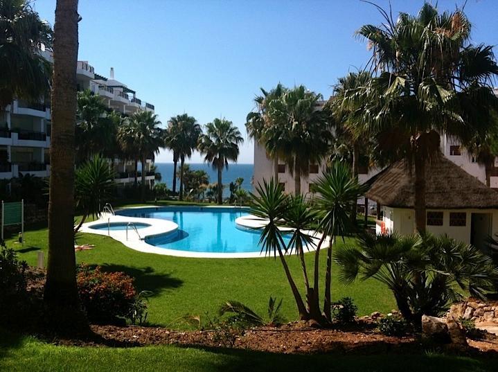 Calahonda - Beachfront apartment with garden and pool access, holiday rental in Sitio de Calahonda