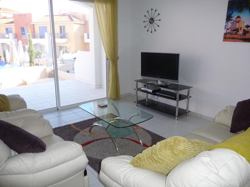 Sala de estar tiene TV LCD y reproductor de DVD