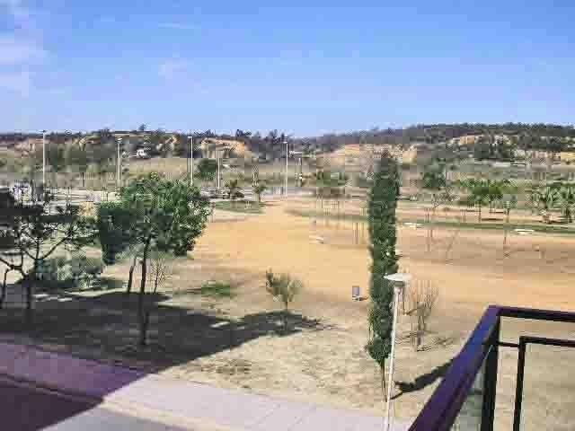 Vista del parque anexo desde la pequeña terraza. Se independiza con toldo.