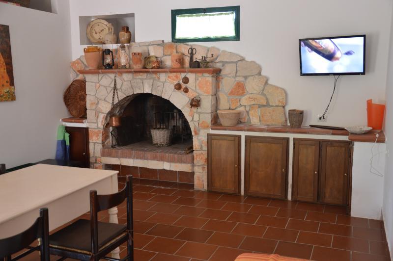Stort vardagsrum med öppen spis HÖRN Villa Lotus