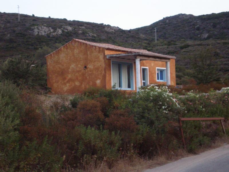 esterno  della casa immerso nella macchia mediterranea