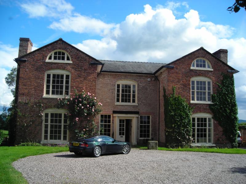Llandrinio Hall - la más antigua propiedad de ladrillos existente en Montgomeryshire (1682)