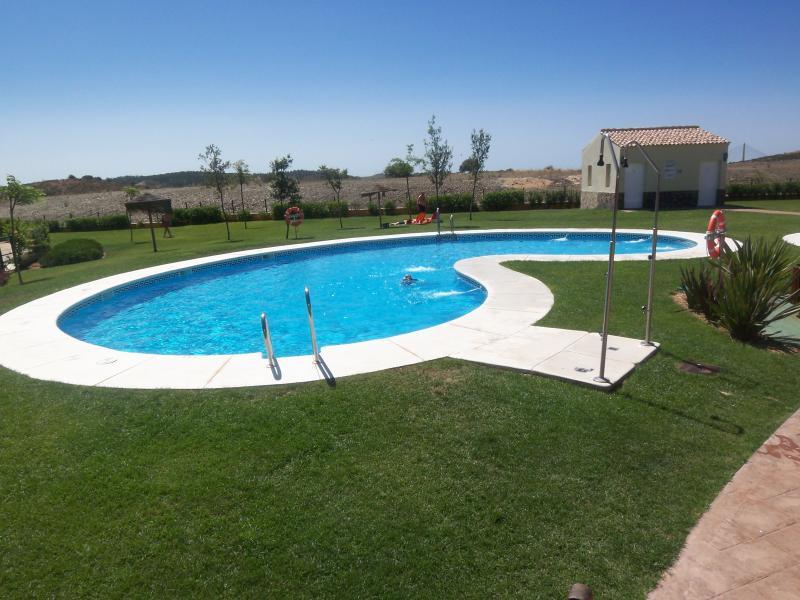Piscina y piscina infantil independiente.